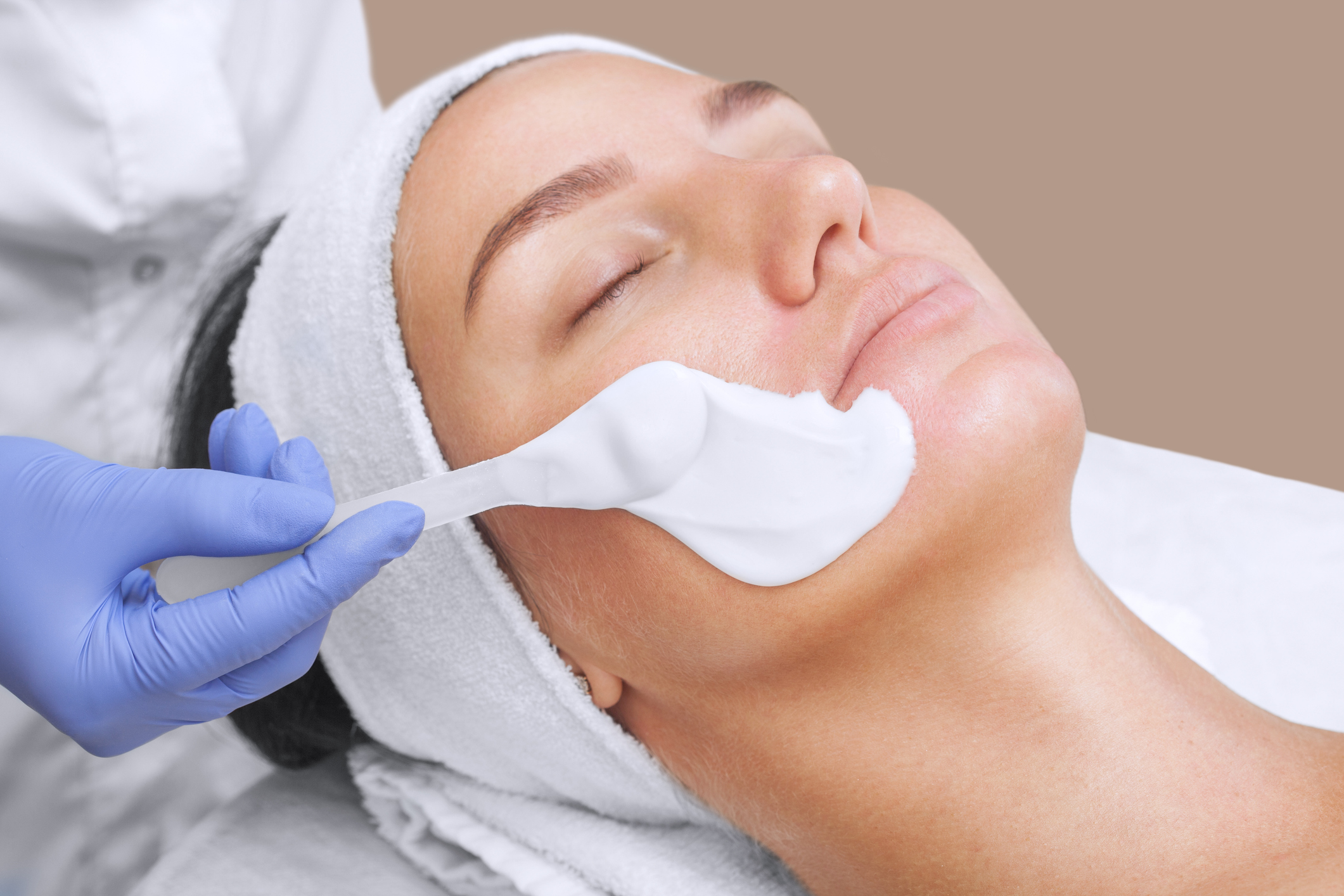 The cosmetologist for procedure of cleansing and for Accolades salon reviews